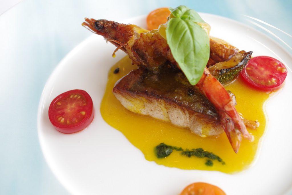 ムニュ ベルヴュ 玄海産白身魚、天草産巻海老 香ばしくポワレして サフラン香るハマグリのジュと夏野菜を添えて