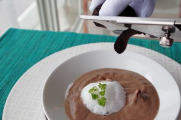 ムニュ デギュスタシオン(11品・秋) トリュフ香る なめらかなキノコのヴルーテ カプチーノ仕立て つまんでご卵と一緒に