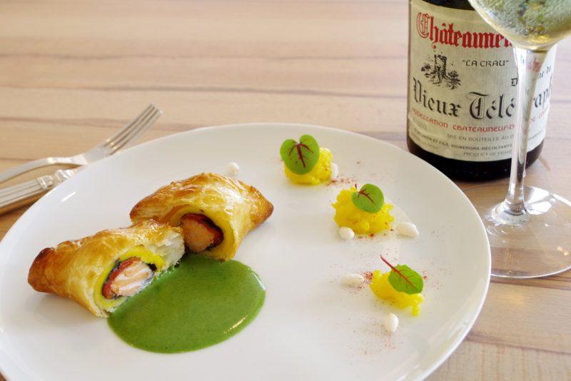 ムニュ テロワール 小さな西米良サーモンのショーソン オゼイユ風味 サフラン香るリゾットを添えて ノイリー酒風味のグリーンソースがエスコート