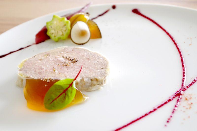 ムニュ トラディション いきさんポーク フレッシュフォアグラとテリーヌに 地元野菜のマリネ添え