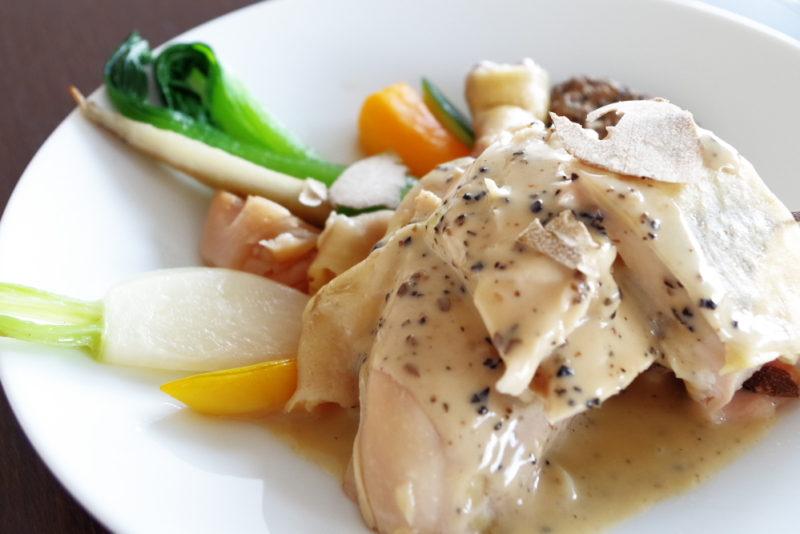 デグパージュ ムニュ クラシック フランス ブレス産プーラルド トリュフを忍ばせヴェッシー包みにし 糸島野菜と共にトリュフ、フォアグラ香るソースアルブフェラ添え