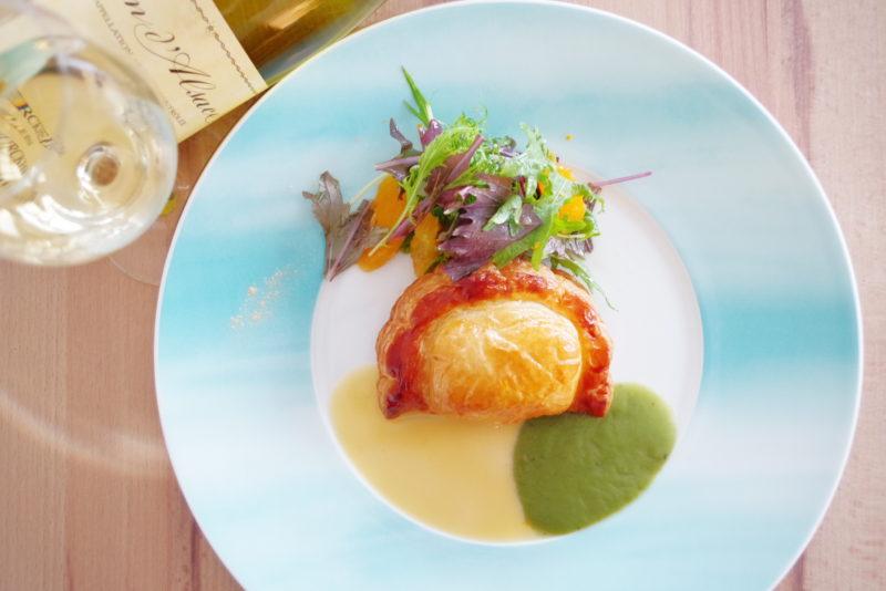 テロワール 玄海産桜鯛とキンカンのチャツネのショーソン ソースブール・ブラン・ダンショワ 糸島オレンジのサラダ添え