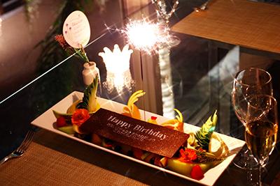 ボヌール[全9品・メインは特選和牛・特別なフルーツ盛り合わせ付] [祝い] ○お祝いメッセージチョコレートプレートと季節のフルーツの盛り合わせ